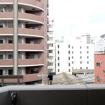 お向かいのマンションからの視線がすこし気になるかな。