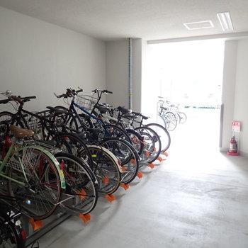 共用部】自転車は建物奥に。