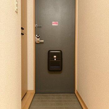 玄関は黒とブラウンのツートンカラーでまとまっています。