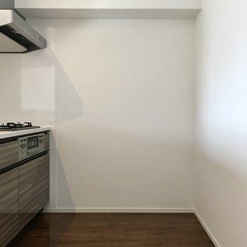 キッチン後ろは冷蔵庫を置けるくらいゆったり