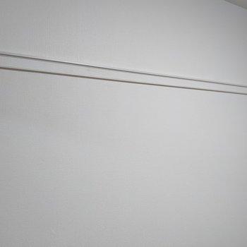 【洋室】ハンガーを掛けて洗濯物が干せそうです。