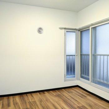 【洋室】約4.5帖の広さです。寝室として布団を敷くといいですね。