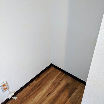 キッチン奥に冷蔵庫用のスペースが有ります。