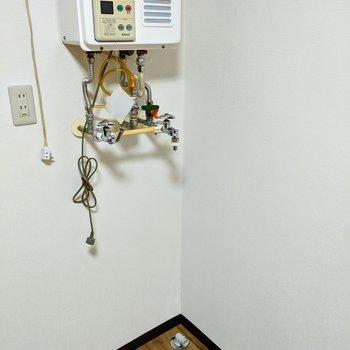 【リビング】洗濯機置場はお部屋の壁沿いにあります。