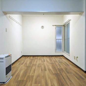 【リビング】扉がなく仕切り部分は下がり天井になっています。