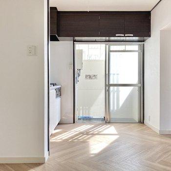 リビングとキッチン部分は壁でさりげなくゾーニングされています。