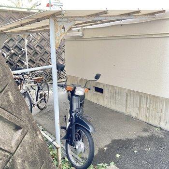 自転車置き場は1階の建物と壁の間...!