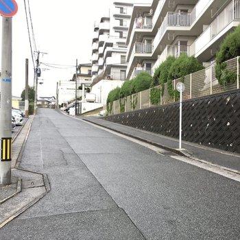 バス停からお部屋までは坂を登ります。頑張りましょう〜!