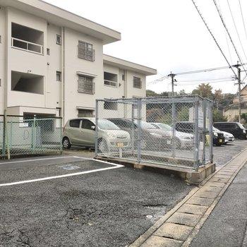 ゴミ置き場は駐車場前あります。