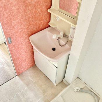ピンクの洗面ボウルにアクセントクロスが、かなり印象的!