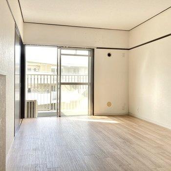 こちらは玄関横の6帖の洋室。