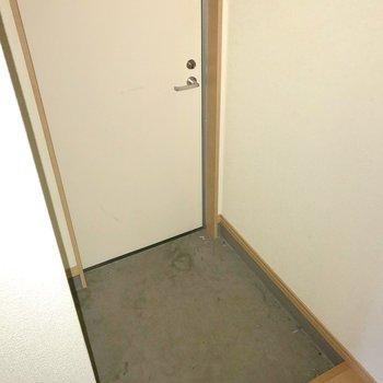 玄関もゆったりしています。傘立ても置けそうです。