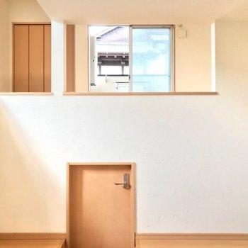 ダイニングと洋室は階段で仕切られているつくり。