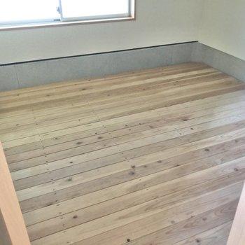 高さ120cmほどの床下収納です。床材のおかげか、湿気は少ないように感じました。