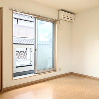 掃き出し窓の外はバルコニーです。