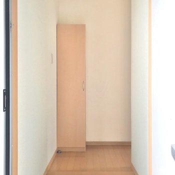 玄関を入って右側に居室があります。