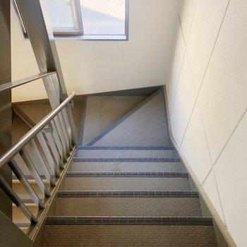 2階までは階段を上がりましょう。