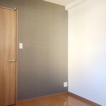 洋室は寝室にするのがいいですね。グレーのクロスで大人なオシャレさを演出◎