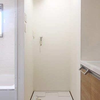 脱衣所に洗濯機置き場があります。お風呂に入る時、すぐに洗濯物が入れられて便利。