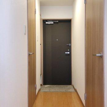 廊下に出ると右側に脱衣所、左側にトイレがあります。