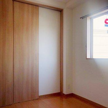 洋室にも窓があるので、日差しで目覚めもすっきり!