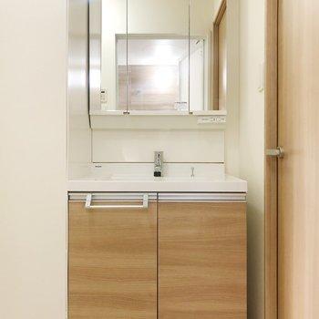 優しいベージュの洗面台は大きな鏡で、身支度もしやすい!