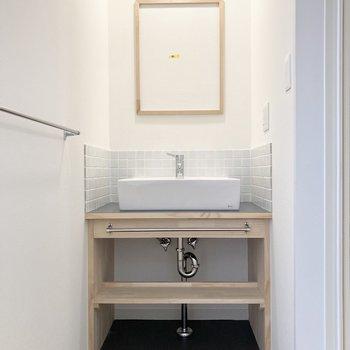 続いて水回り。朝の身支度も楽しくなっちゃうデザイン性の高い洗面台。
