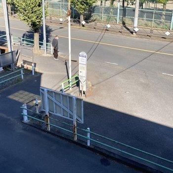 お部屋から徒歩30秒のところにバス停が。調布駅からのアクセスもいいんです。