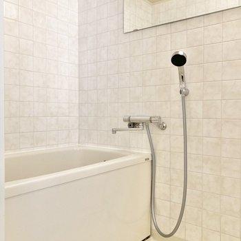 お風呂の壁のタイルは高級感があります。