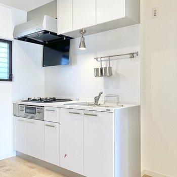 真っ白の可愛いキッチン。右横に冷蔵庫が置けます。
