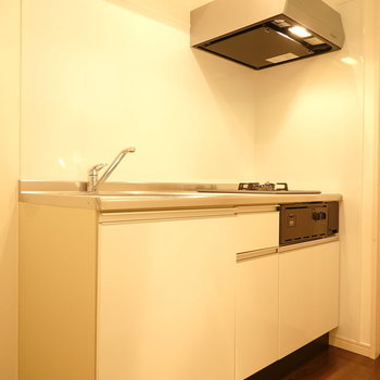 上の収納が無い分、スッキリ見えるキッチン。(※写真は1階の反転間取り別部屋のものです)