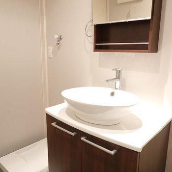 センスがきらりと光る洗面台。洗濯機置場はその横に。(※写真は1階の反転間取り別部屋のものです)