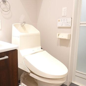 トイレも洗面台の隣です。しっかりウォシュレット付き。(※写真は1階の反転間取り別部屋のものです)