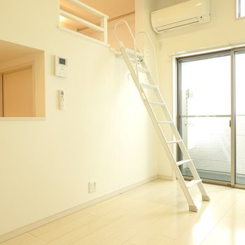 リビングからキッチンが見えるようになっています。(※写真は1階の反転間取り別部屋のものです)