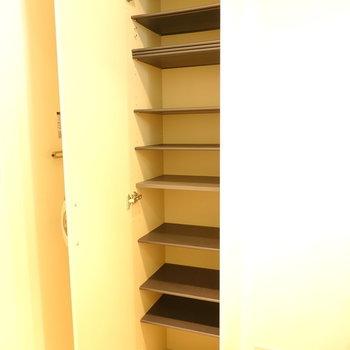 靴箱は棚の高さが変えられます。(※写真は1階の反転間取り別部屋のものです)