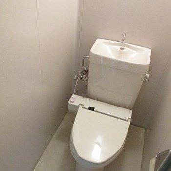 トイレにはウォシュレットを設置。気になるポイントもしっかり改良されていますよ◎(※写真は2階の同間取り別部屋のものです)