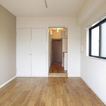 居室スペースは約8帖。素足で暮らしたくなるほど、気持ち良い。(※写真は2階の同間取り角部屋のものです)