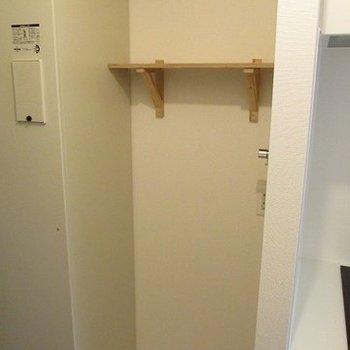 洗濯機置場はキッチンの左手に。上には木製の棚を付けました!(※写真は2階の同間取り別部屋のものです)