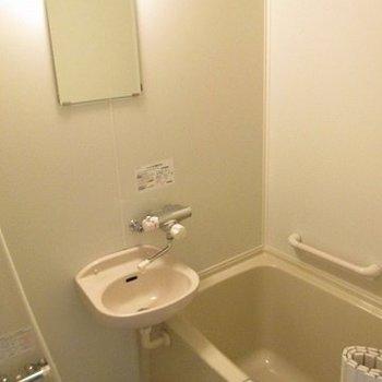 お風呂は既存利用ですが、サーモ水栓で使いやすくしています。(※写真は2階の同間取り別部屋のものです)
