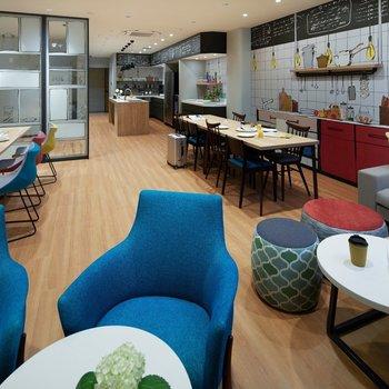 ラウンジにはキッチンやダイニング、ソファもあって生活に合わせた使い方ができそうです。