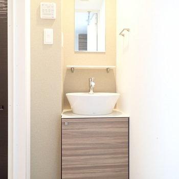 小ぶりな洗面台。かわいらしい。(※写真は9階の同間取り別部屋のものです)