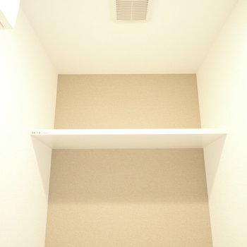 上にはペーパー置き場つき!(※写真は9階の同間取り別部屋のものです)
