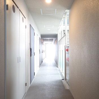 共用部】モノトーンな廊下です。