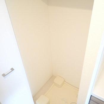 玄関に洗濯機です。(※写真は9階の同間取り別部屋のものです)