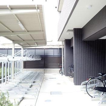 共用部】駐輪場は屋根付きでした。