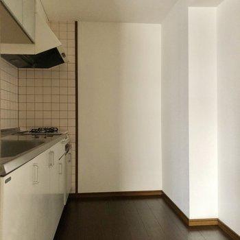 キッチンは広々。後ろに冷蔵庫など置けます!