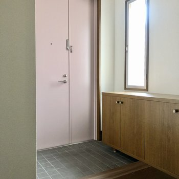 玄関はゆったりと。ピンクの扉が可愛いです。