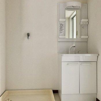 洗濯機置き場と洗面台は隣に並びます。
