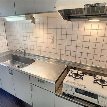 作業スペース、2口コンロで料理しやすそうです。