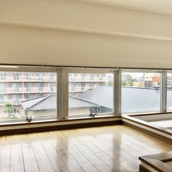 思っているより天井は高く、窓が並び開放的。
